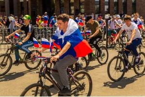 «ДюбуА» организовала велопробег в честь Дня Российского флага